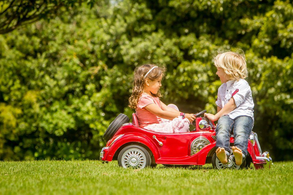 Tornillería en coches eléctricos para niños